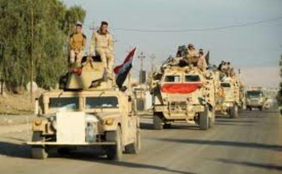 חיילים עיראקיים נוסעים על גבי משוריין אמריקאי