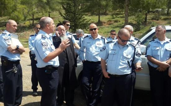 חבר הכנסת מנחם אליעזר מוזס עם שוטרי התנועה