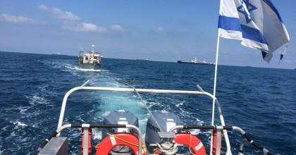 צפו: המנוע דמם והדייגים חולצו מלב הים