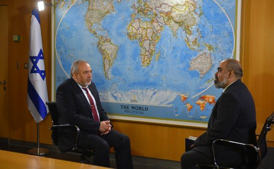 עיתונאי איראני מראיין את ליברמן - צילום: אריאל חרמוני, משרד הביטחון