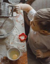 מתכוננים לראש השנה: בישול בטוח עם הילדים