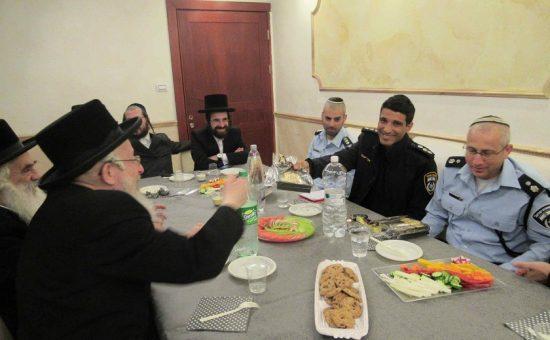רבני ויזנ'יץ אלעד עם מפקדי המשטרה
