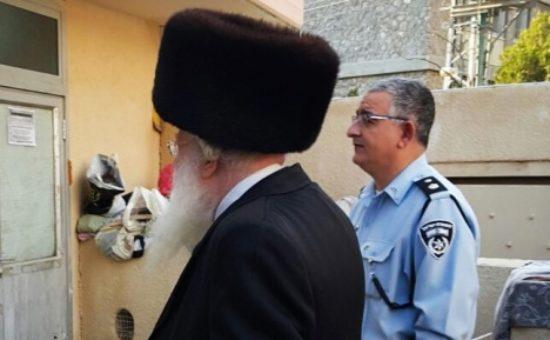 צבי ביאליסטוצקי והרב צבי ביאלטוצקי מפקד המשטרה ליד בית הכנסת