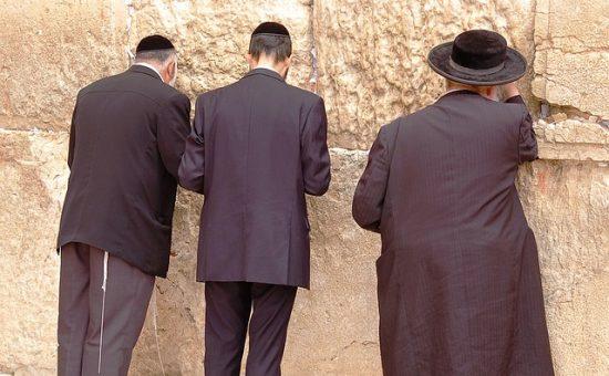 מתפללים בכותל המערבי