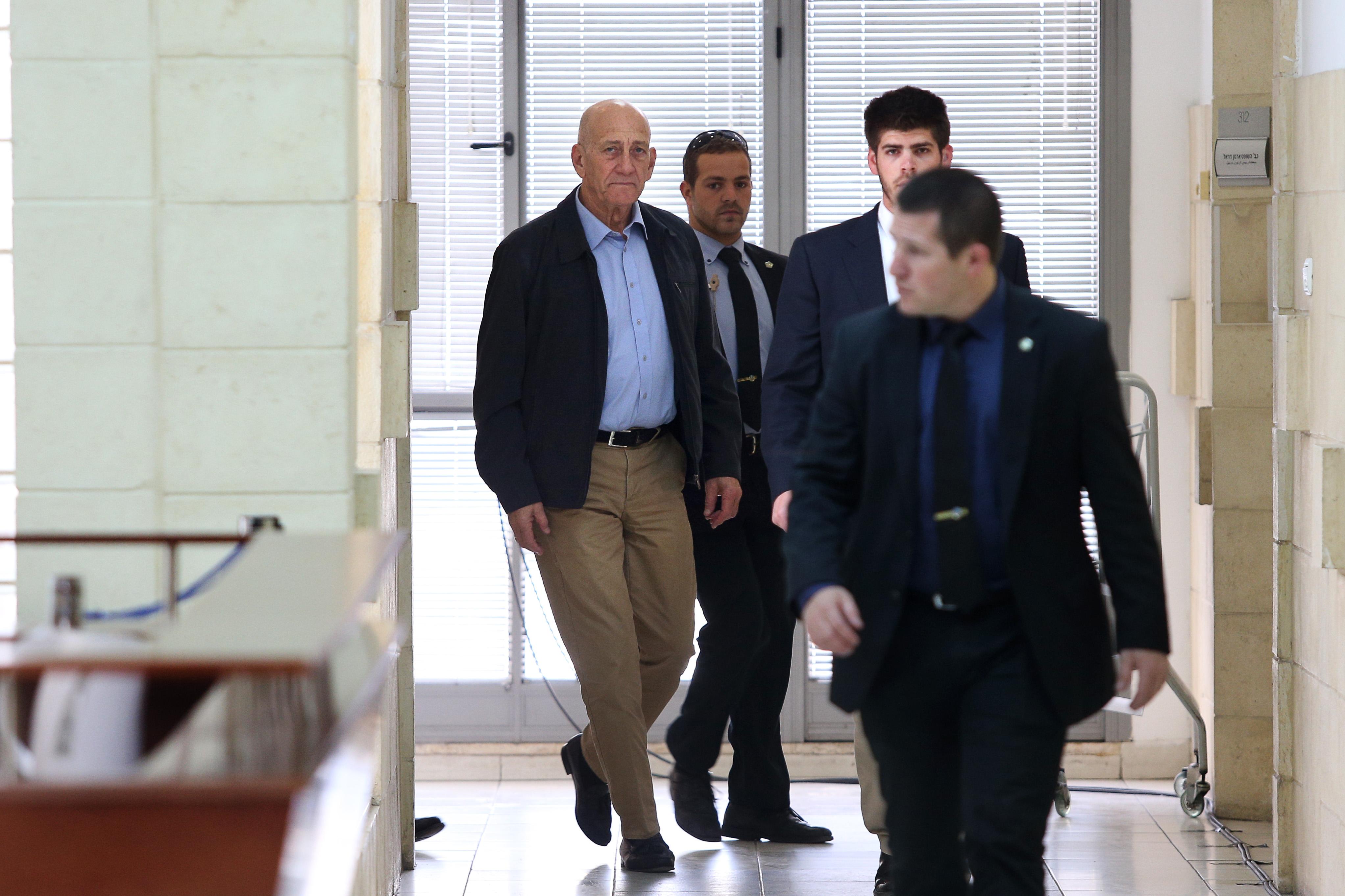 דיווח: במשטרה חושדים שאולמרט הבריח מידע סודי נוסף מהכלא