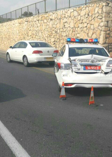 צפו: אופנוען פוגע בניידת משטרה