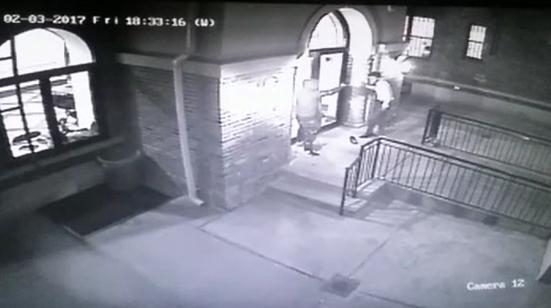 המצלמה תיעדה: פינצ'ר לחרדי את הרכב ואז שדד אותו