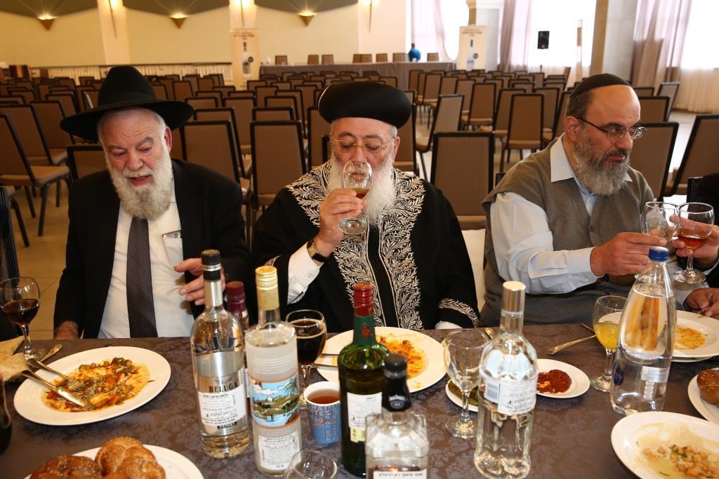 כנס משגיחי הכשרות הראשון של רבנות ירושלים • וגם: מדריך כשרות האלכוהול המלא