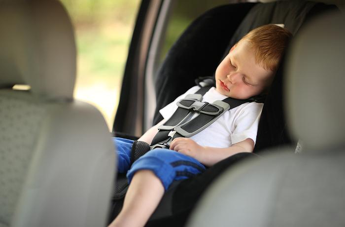 """צפו: ילד ננעל ברכב בבני ברק וחולץ ע""""י 'ידידים' ו'איחוד הצלה'"""