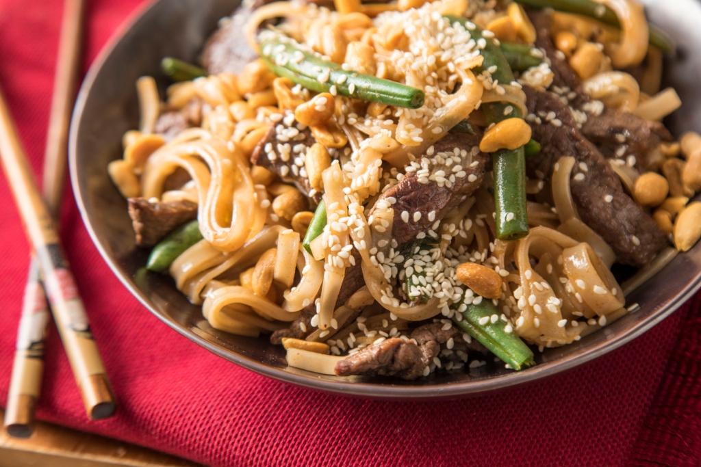 מתכון לרצועות בקר מוקפצות עם אטריות אורז