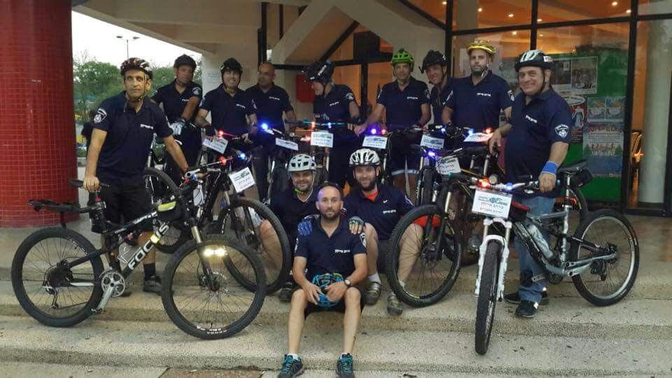 עם אופניים: שומרי הסדר של בת ים