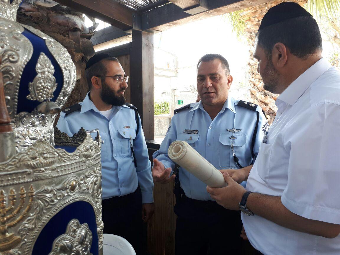 """השוטרים החזירו את ספר התורה שנגנב על ידי הסופר סת""""ם"""