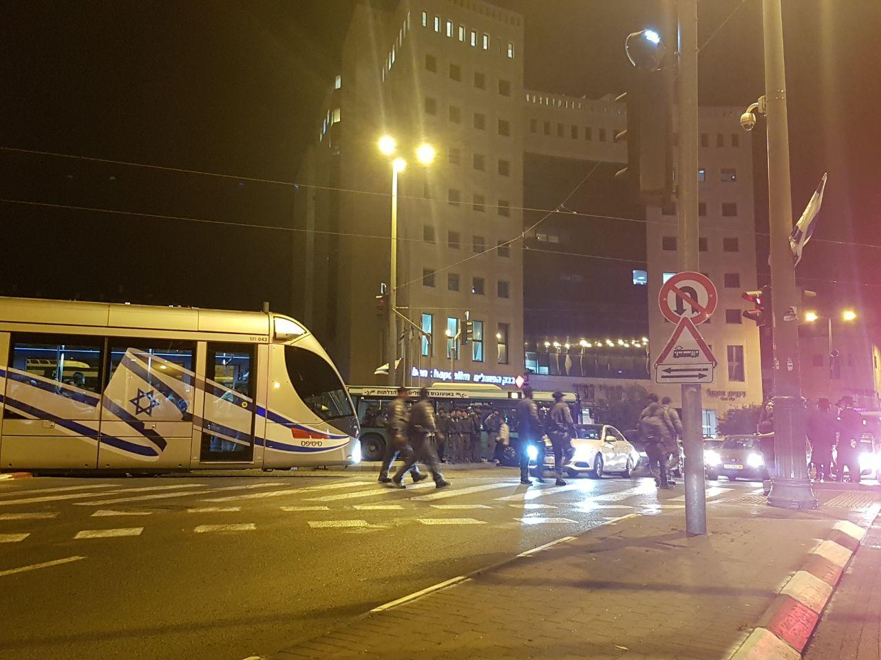 צפו: מפגיני 'הפלג הירושלמי' חסמו את הרכבת הקלה בירושלים