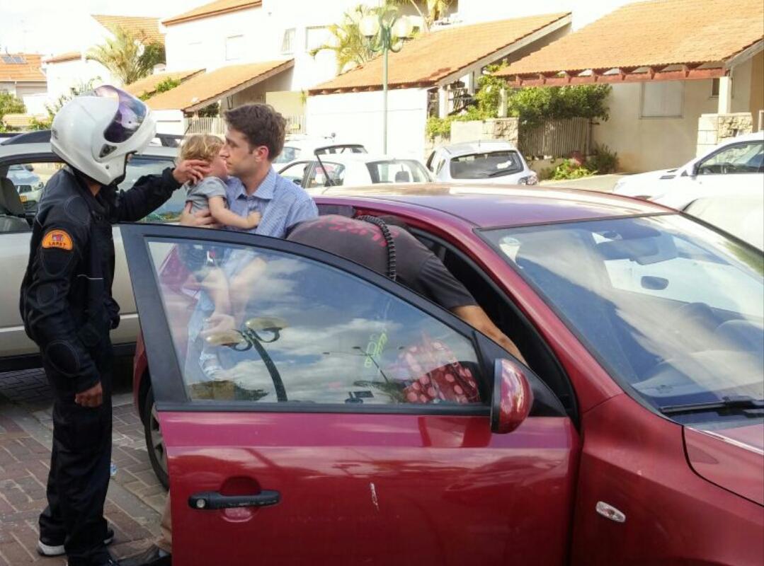 הוד השרון: ילד כבן שנתיים ננעל ברכב, וחולץ כשמצבו טוב