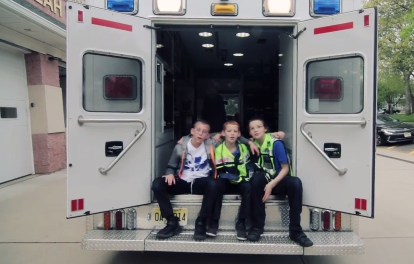 באמבולנס ובחנות הצעצועים: צפו בילדי לייקווד למען ארגון ההצלה