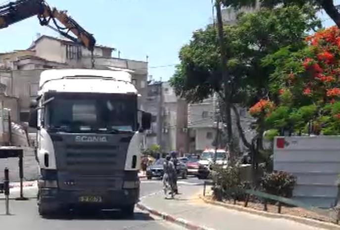 תיעוד מטריד מבני ברק: משאיות מונעות מאמבולנס להגיע לחולה