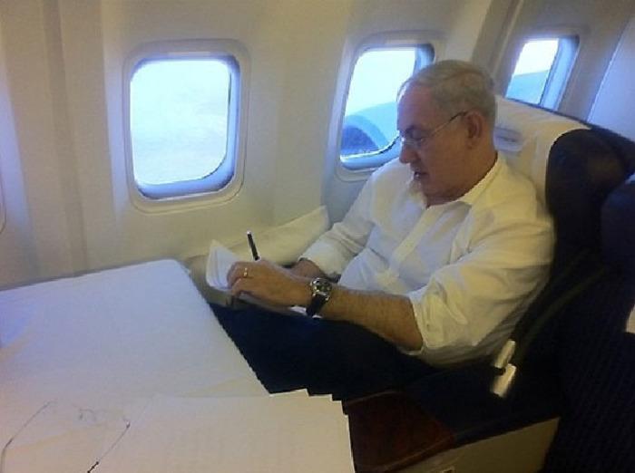 במקום מיטה: ראש הממשלה נתניהו נאלץ לישון על רצפת המטוס