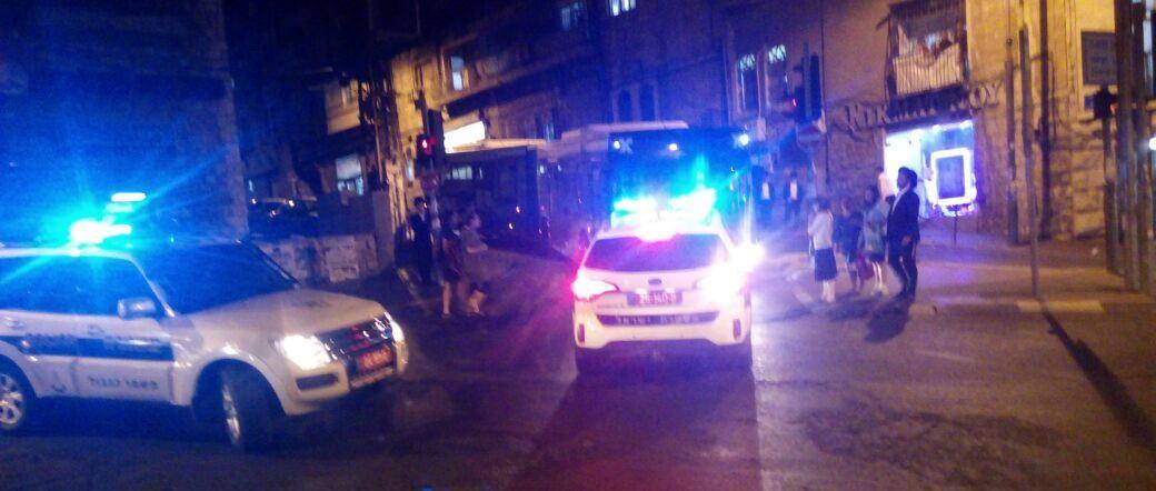 ירושלים: לובשי מדים שנתקעו באוטובוס במאה שערים, הותקפו וחולצו בשלום