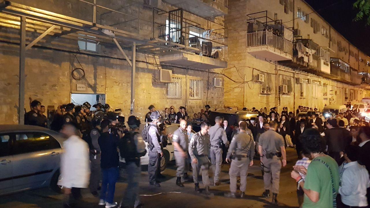 צפו: כוחות משטרה עוצרים את תוקפי לובשי המדים