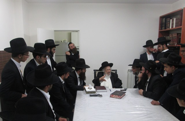 צפו: תלמידי ישיבת 'מעגלי צדק' ביקרו במעונו של ר' שמואל אוירבך
