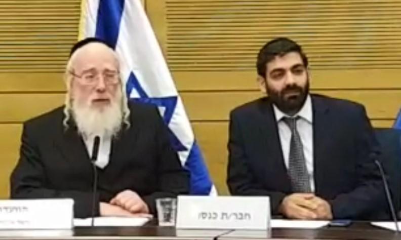 כשהעיתונאים ישראל פריי וארי קלמן 'עלו' על שולחן הועדה בכנסת