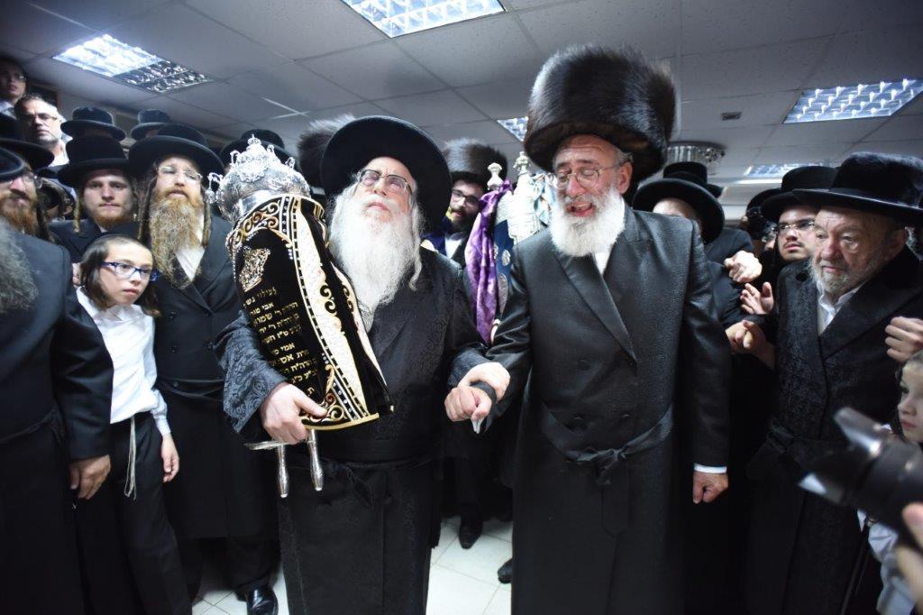 צפו: הכנסת ספר תורה בקרית צאנז טבריה נדבת הנגיד משה רייך