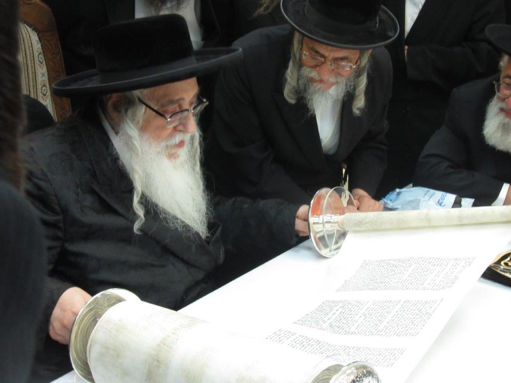 כך זיהה הרב: ספר התורה נכתב בידי נכרי