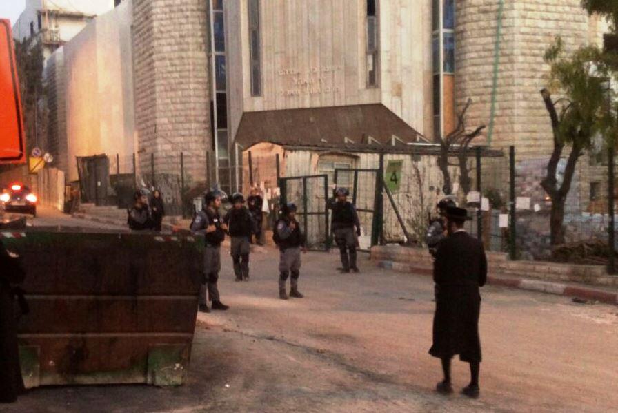 צפו: מאה שערים התעוררה לפשיטת כוחות משטרה • שני עצורים