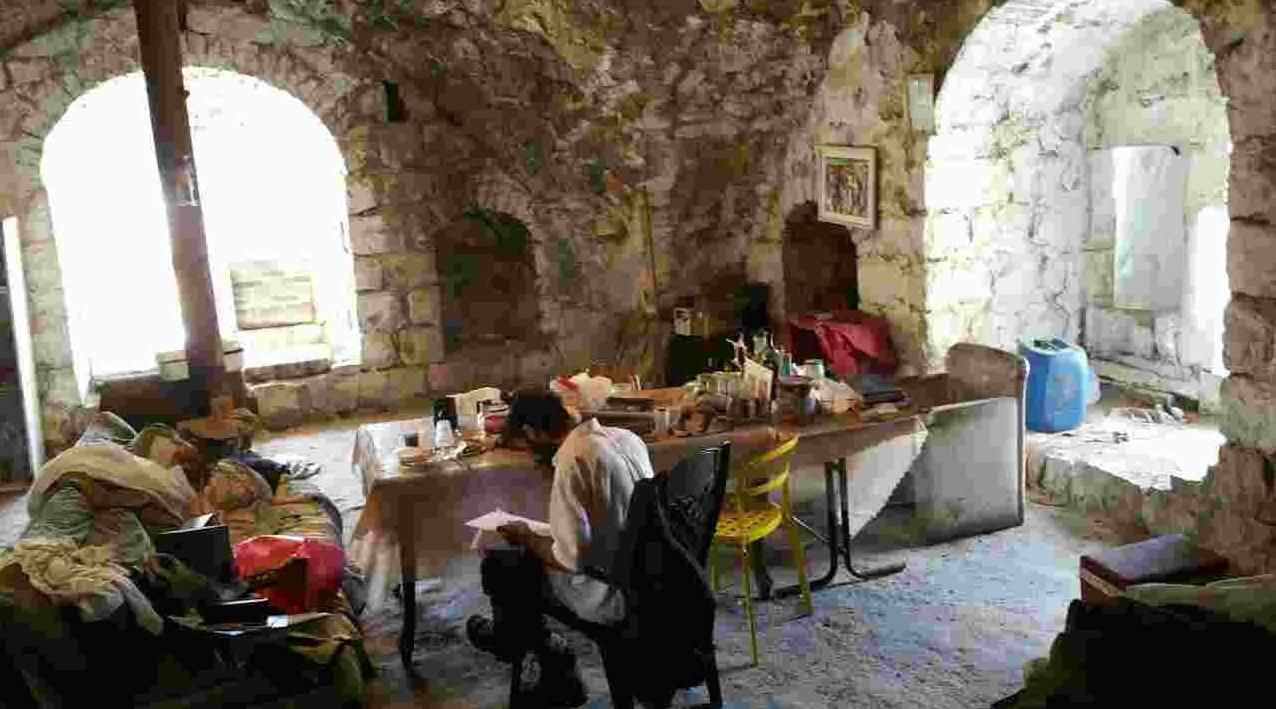 5 פולשים פונו על ידי רשות מקרקעי ישראל ממבנה ישן, מסוכן ומט לנפול בשכונה הנטושה ליפתא בפאתי ירושלים