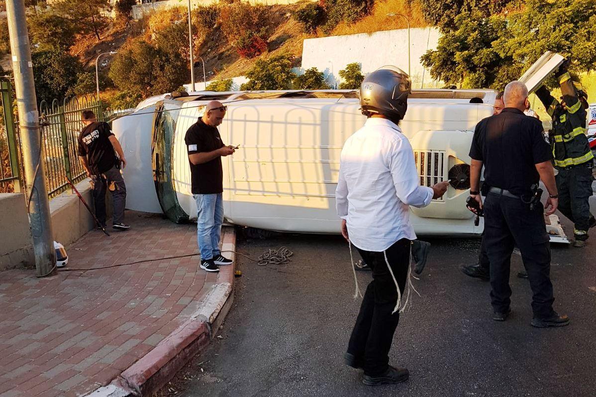 צפת: תשעה נפגעים בני משפחה אחת בהתהפכות מיניבוס