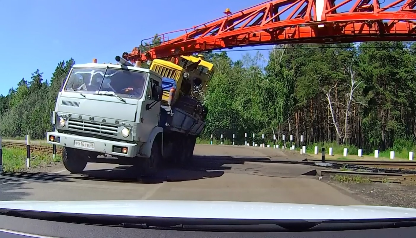 משאית טרקטור ורכבת: צפו בתאונה שיכולה היתה להימנע