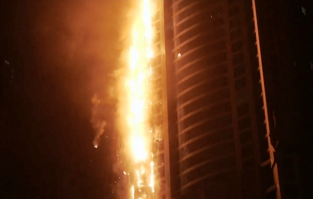 תיעוד בוער: עשרות קומות עלו באש במגדל הדירות בדובאי