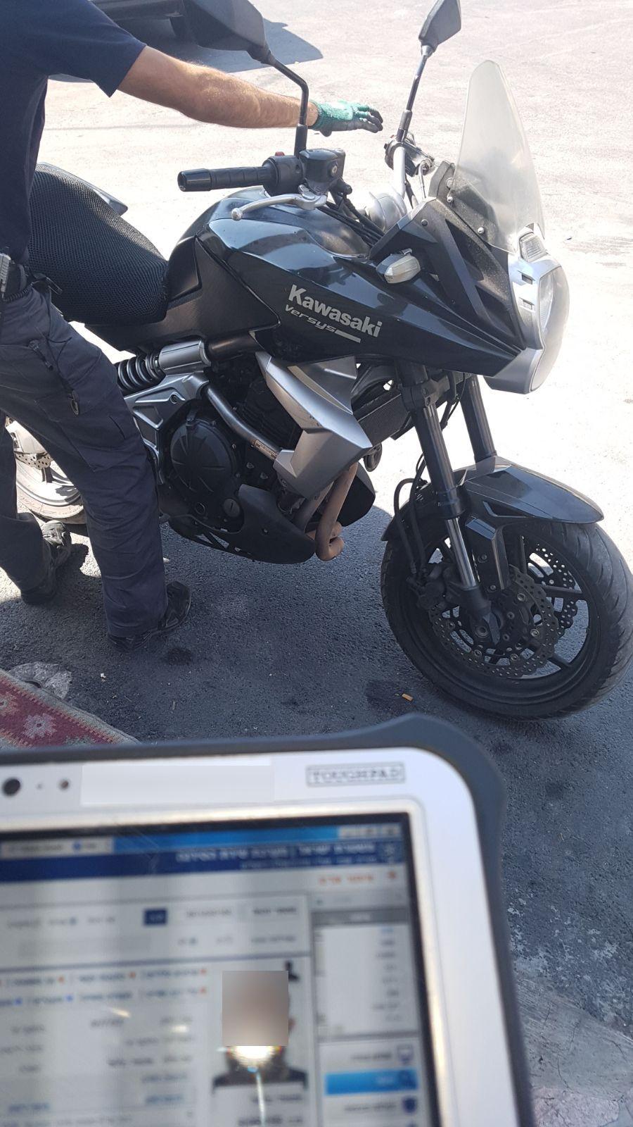 נהג באופנוע ללא רישיון, ניסה להימלט ונעצר בעסק המשפחתי