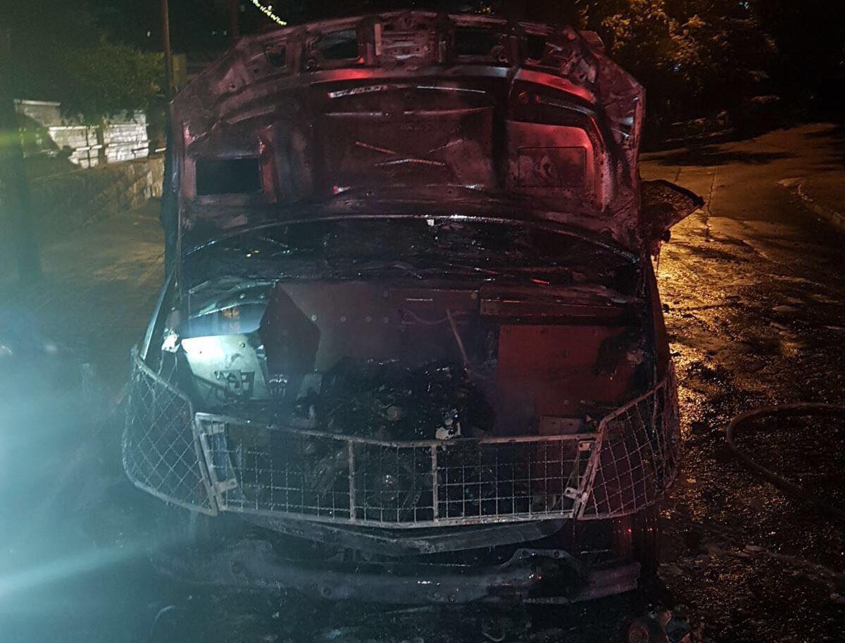 הצהרת תובע: שרף רכב אבטחה עם בקבוק תבערה