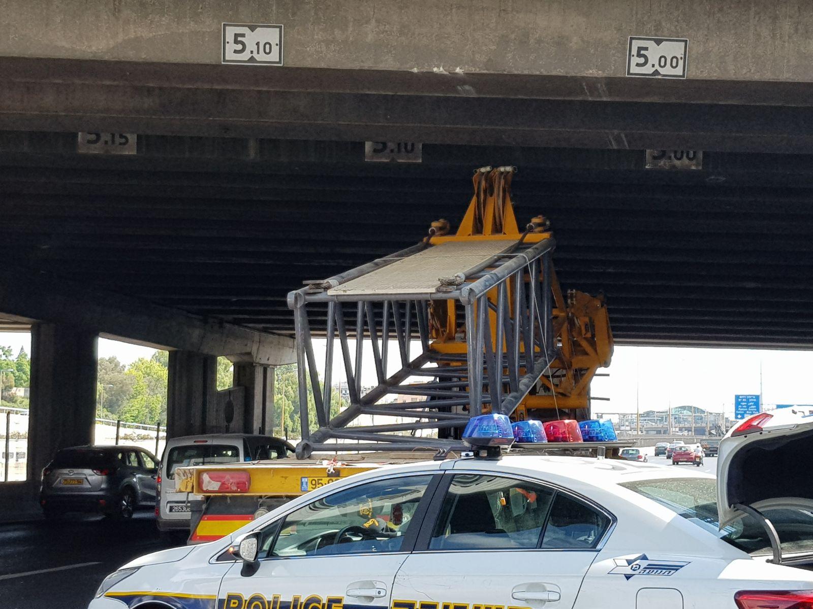מכת גשרים: משאית עם מנוף התנגשה בגשר בנתיבי איילון