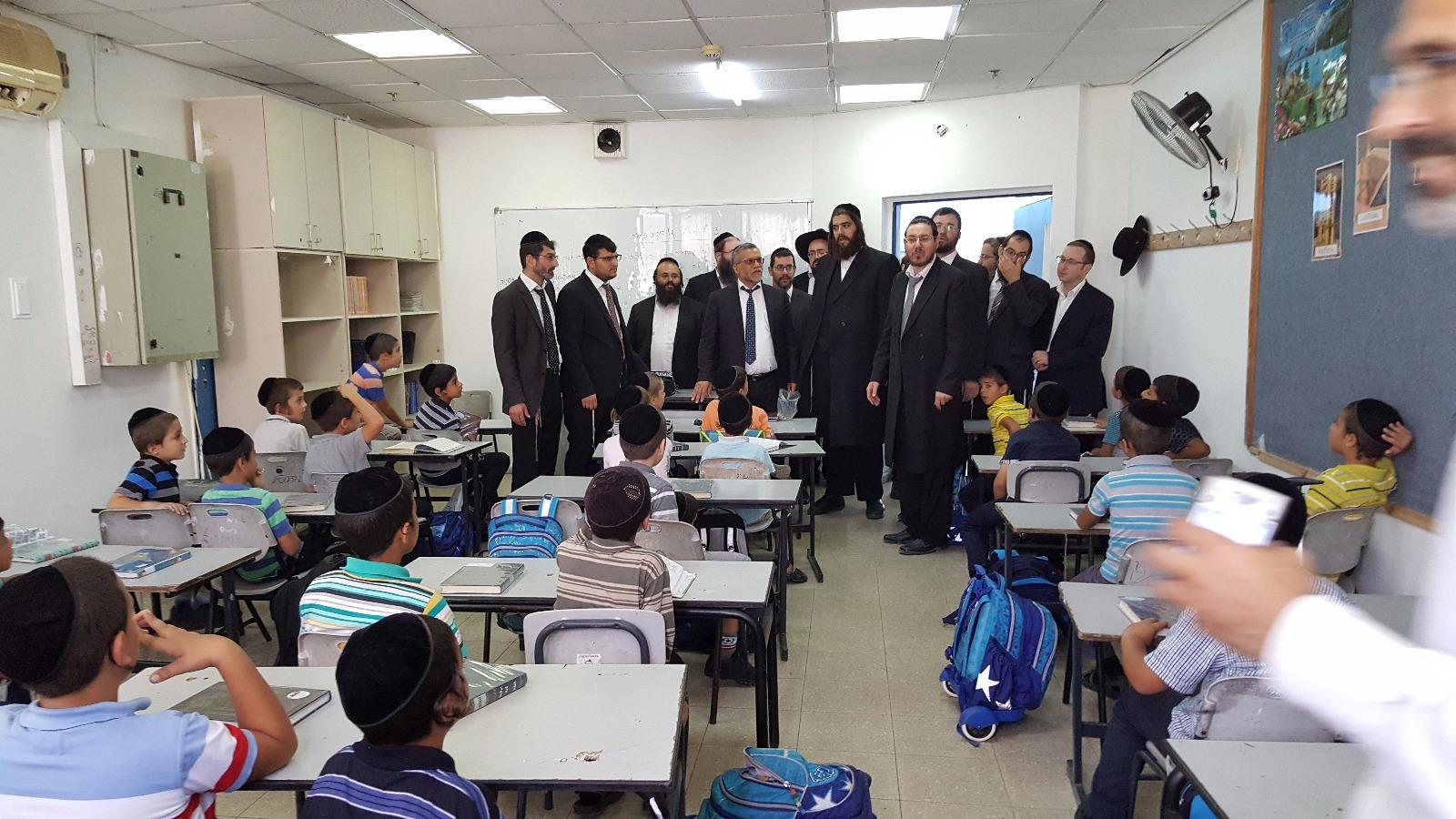 צפו: ראש העיר ישראל פרוש פותח את שנת הלימודים עם תלמידי אלעד