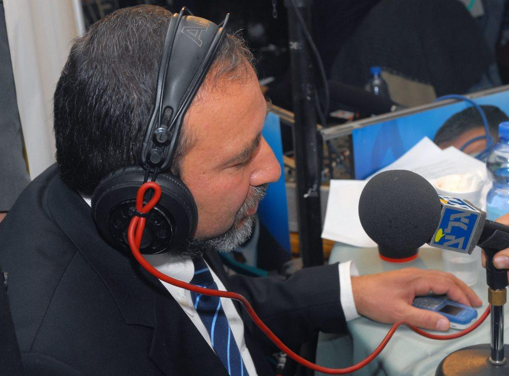 """תקשורת תחילה: שר הבטחון אביגדור ליברמן יוצא למהפך בגלי צה""""ל"""