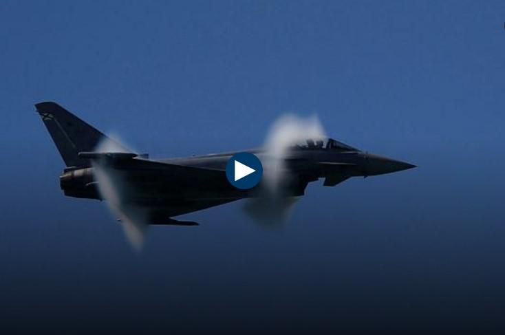 הטייס ביצע כמה פעלולים ואז התרסק עם מטוס הקרב לעיני זוגתו