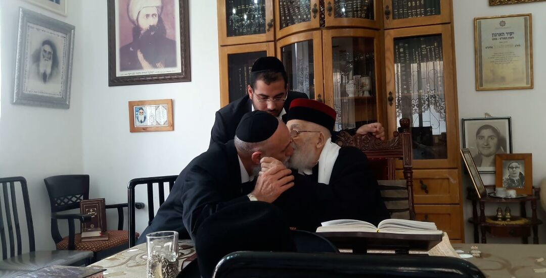 אהבת התורה • זקן חכמי מרוקו התרגש ונשק לחבר מועצת חכמי התורה