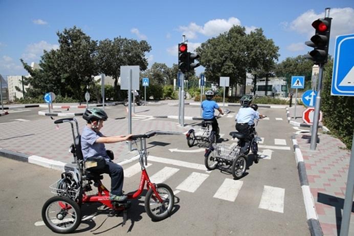 השקעה מכל הלב: מתחם 'זהירות בדרכים' לילדים עם כיסאות גלגלים