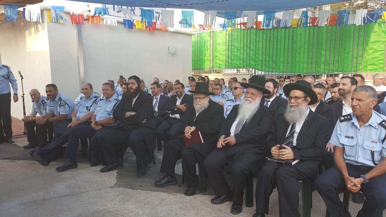 צפו: רבני העיר חנכו נקודת משטרה ראשונה באלעד