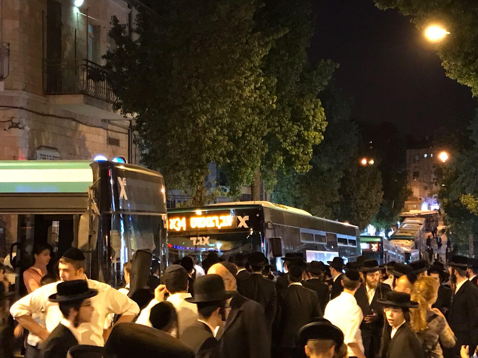 מפגיני הפלג תקעו את האוטובוסים במרכז השכונה – והם הפכו ל'שטיבלאך' זמניים