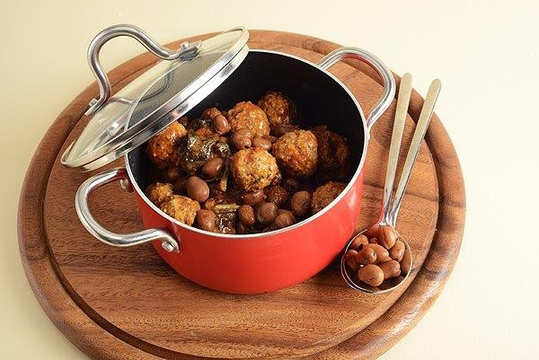 תבשיל כדורי בשר במילוי טחינה עם מנגולד ושעועית אדומה