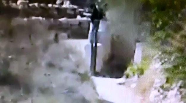 תיעוד: המחבל מגיח, מיידה אבן בילד בן 12 – ונעלם