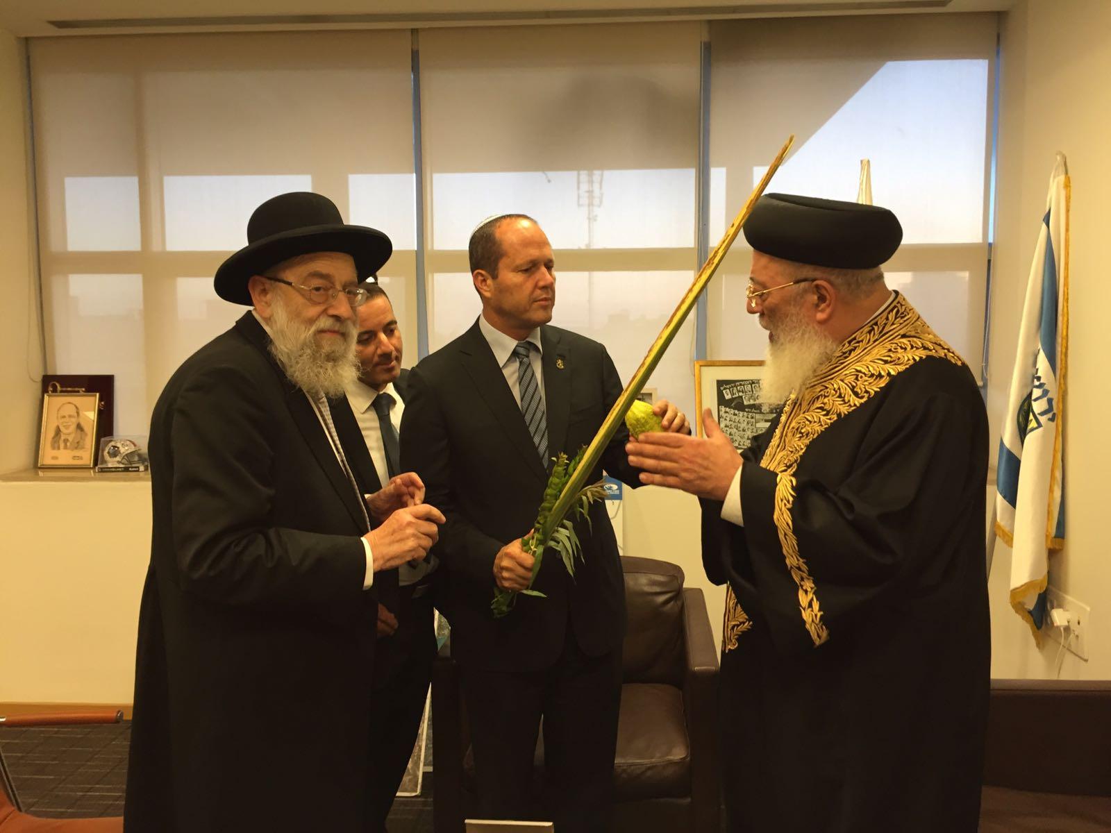 הרבנים הראשיים לירושלים מסרו את ארבעת המינים לראש העיר ירושלים ניר ברקת