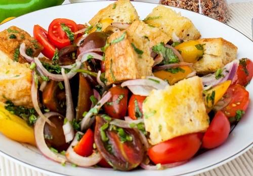 מנה מרעננת וקלילה, או כתוספת בריאה למנה עיקרית • סלט לחם ועגבניה
