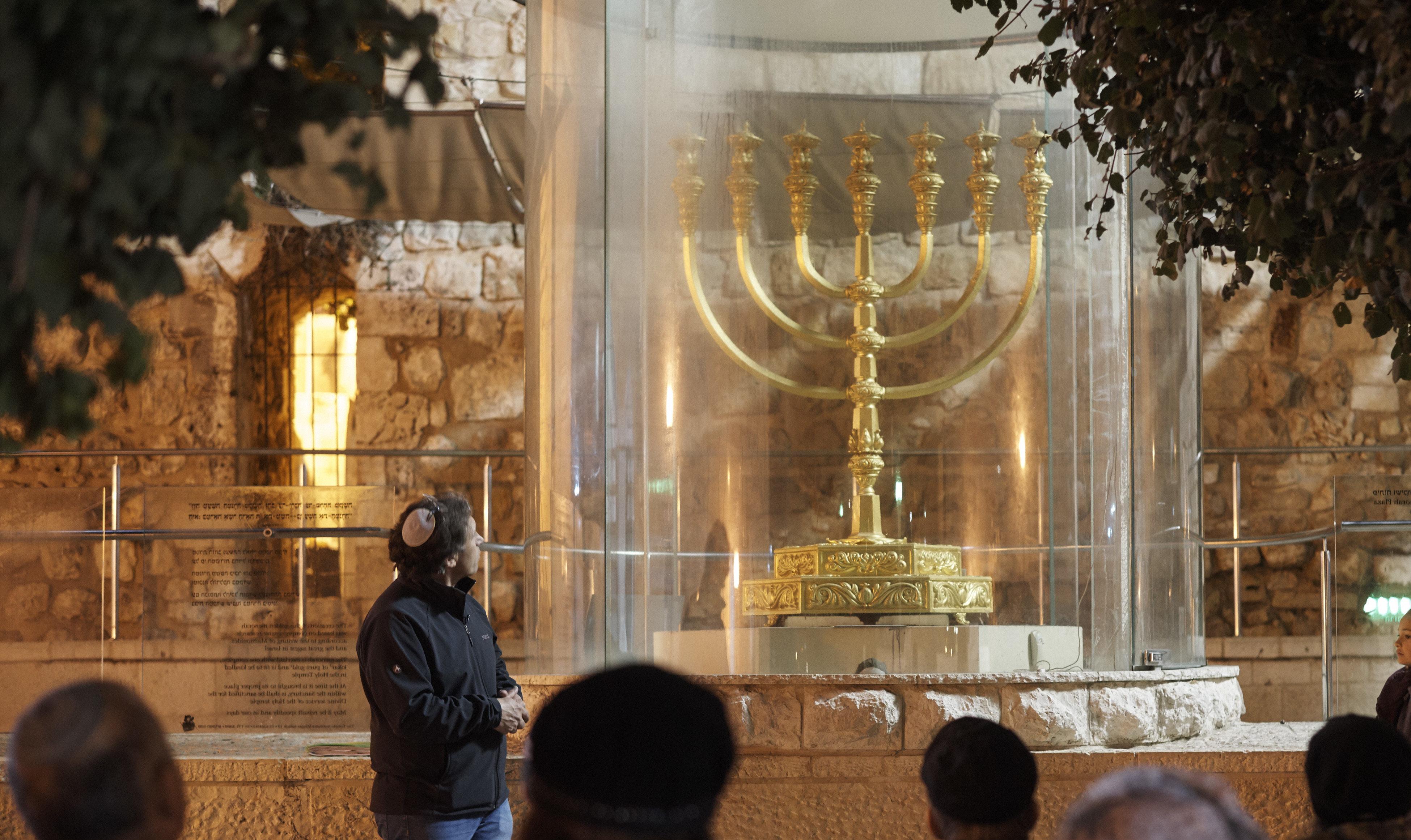 בעקבות האור: סיורי חנוכיות ברובע היהודי בירושלים