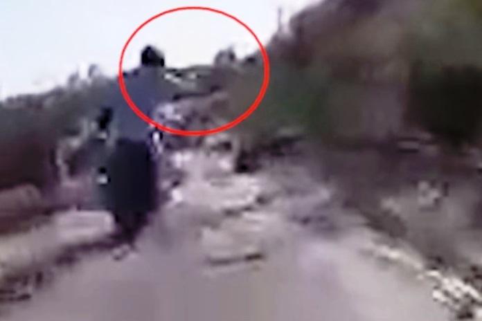 צפו: נמלטו מהשוטרים וזרקו את הנשק