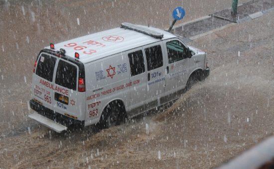 אמבולנס מדא בנסיעה בגשם בפתח תקווה - צילום ברוך הופמן דוברות מדא 28.10.15 (2)