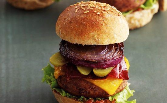 """המבורגר משעועית שחורה  צילום: יח""""צ Beko"""
